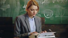 O orador fêmea da universidade conduz o treinamento do negócio, a educação e o conceito da instrução Os professores altos dão lei video estoque