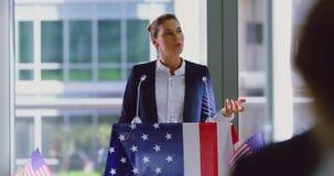O orador fêmea fala em um seminário do negócio no escritório moderno 4k video estoque