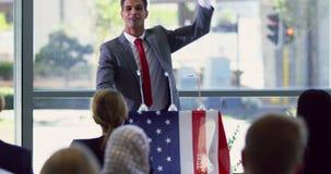 O orador masculino caucasiano fala em um seminário do negócio no negócio moderno 4k do escritório vídeos de arquivo