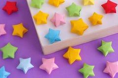 O origâmi colorido afortunado protagoniza em uma caixa de papel imagem de stock royalty free
