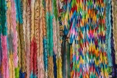O origâmi dobrou o guindaste de papel multicolour fotografia de stock royalty free