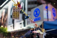 O origâmi japonês crane a decoração, uma rua que obstrui a demonstração Fotografia de Stock Royalty Free