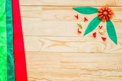 O origâmi modular floresce com as folhas no fundo de madeira rústico com os módulos do papel e do origâmi fotos de stock royalty free