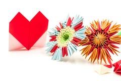 O origâmi modular floresce com o Valentim de papel isolado no fundo branco fotografia de stock