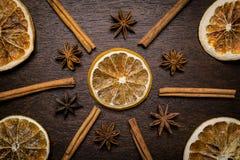 O ornamento das laranjas secadas, varas de canela, anis stars Fotografia de Stock