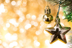 O ornamento do Natal decora na árvore de abeto com bokeh do ouro Imagens de Stock