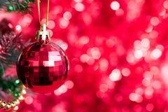 O ornamento do Natal decora na árvore de abeto com bokeh vermelho Fotografia de Stock Royalty Free