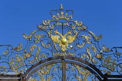 O ornamento dourado na entrada a Catherine Park em Tsa Foto de Stock
