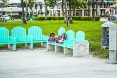 O os sem-abrigo dorme em um banco na praia sul Fotografia de Stock Royalty Free