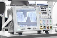 O osciloscópio digital no laboratório Fotos do Fim-acima foto de stock