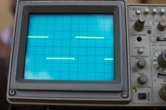 O osciloscópio sinaliza uma onda quadrada na exposição instrumento FO foto de stock