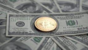 O ouro Bitcoin BTC inventa o giro em contas de 100 dólares Cryptocurrency virtual mundial do Internet e pagamento digital vídeos de arquivo