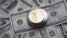 O ouro Bitcoin em uma parte superior do othe inventa o giro em contas de 100 dólares Cryptocurrency virtual mundial do Internet e filme