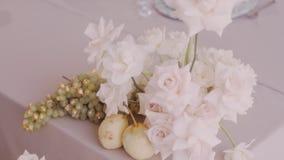 O ouro chapeou peras, uvas e rosas na composição floristic bonita video estoque