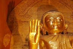 O ouro dourou estátuas no templo de Ananda, Bagan, Myanmar Foto de Stock