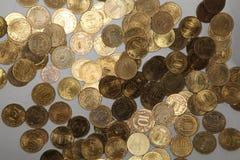 O ouro moedas comemorativas de Rússia - os braços de 10 rublos das cidades dos heróis Foto de Stock