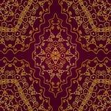 O ouro roda em um fundo vermelho Imagens de Stock Royalty Free