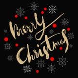 O ouro textured Feliz Natal caligráfico escrito à mão da inscrição com teste padrão de confetes e de flocos de neve vermelhos fer Fotografia de Stock Royalty Free