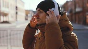 O outdoord sério dos fones de ouvido do desgaste de homem, incluiu o áudio original video estoque
