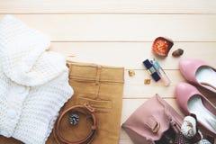 O outono chega, acessórios na moda e roupa do ` s da mulher da forma, fotos de stock