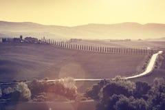 O outono dos campos e dos vales de Toscânia ajardina, Itália Por do sol, luz do vintage Imagem de Stock