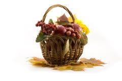 O outono frutifica com folhas amarelas em uma cesta Imagem de Stock Royalty Free