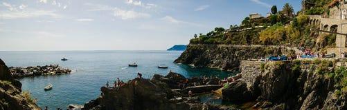 O outro lado da baía em Cinque Terre Fotos de Stock Royalty Free