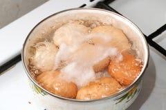 O ovo é cozinhado em uma bandeja imagem de stock royalty free