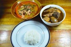 O ovo cozido na sopa marrom e a carne de porco com caril da corriola comem o arroz liso dos pares Imagem de Stock