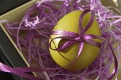O ovo da páscoa é brilhante decorado com fitas da cor foto de stock royalty free