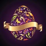 O ovo da páscoa com teste padrão de flor e a fita do ouro etiquetam Fotografia de Stock Royalty Free