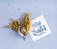 O ovo da páscoa e a mola florescem no fundo do feriado com cartão de Páscoa Fotos de Stock