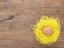 O ovo de galinha no ninho, na Páscoa de papel etc. Imagens de Stock Royalty Free