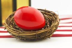 O ovo de ninho vermelho mostra épocas financeiras difíceis Fotografia de Stock