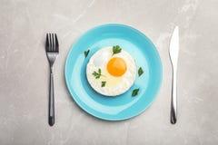 O ovo fritado do estrelado serviu na tabela imagens de stock
