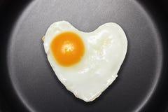 O ovo fritado gosta do coração Fotos de Stock Royalty Free