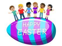 O ovo grande multicultural feliz easter das crianças em conjunto isolou-se Fotos de Stock Royalty Free