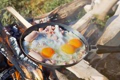 o ovo mexido fritou em carvões em uma bandeja no fogo fotografia de stock royalty free