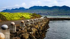 O pássaro de pedra Eggs aka ovos no monumento alegre da baía em Djupivogur, Islândia Fotos de Stock Royalty Free