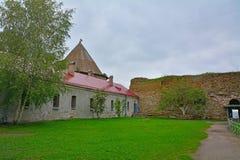 O pátio da casa confidencial - prisão velha na fortaleza Oreshek perto de Shlisselburg, Rússia Fotos de Stock Royalty Free