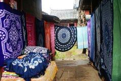 O pátio da cidade velha de Lijiang Fotos de Stock Royalty Free