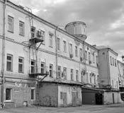 O pátio da construção industrial velha é preto e branco Imagem de Stock