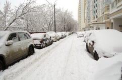 O pátio de Moscou inundou com a neve após queda de neve o 3 de fevereiro de 2018 Fotos de Stock