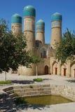 O pátio do mausoléu Chashma Ayub e da fonte de trabalho santamente em Bukhara fotografia de stock royalty free