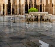 O pátio do ` s do leão é o lugar o mais bonito no palácio de Nasrid no Alhambra, Granada, a Andaluzia, Espanha imagens de stock