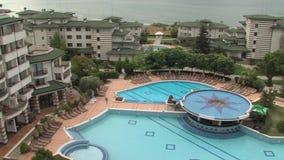 O pátio e as piscinas na esmeralda complexa residencial no Mar Negro costeiam em Ravda, Bulgária filme