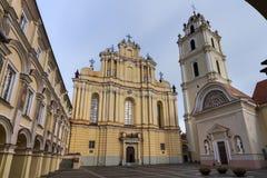 O pátio grande da universidade de Vilnius e da igreja de St John Fotografia de Stock Royalty Free