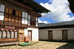 O pátio interno de um monastério budista - Gangtey - Butão Foto de Stock