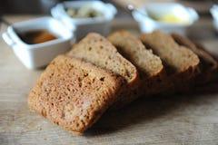 O pão ázimo caseiro fresco na levedura é cortado em uma placa de madeira Serviço do café da manhã Foto de Stock