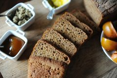 O pão ázimo caseiro fresco na levedura é cortado em uma placa de madeira Serviço do café da manhã Imagens de Stock Royalty Free